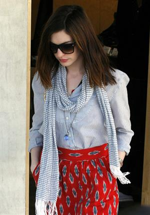 Anne Hathaway shopping in Los Angeles on March 13, 2010