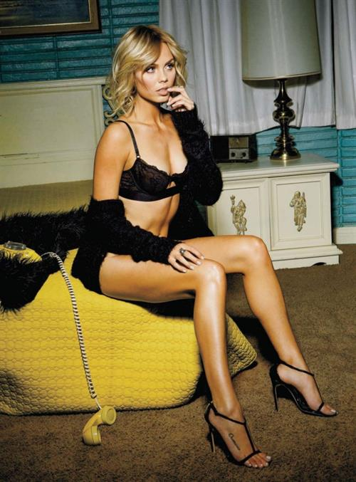 Laura Vandervoort in lingerie