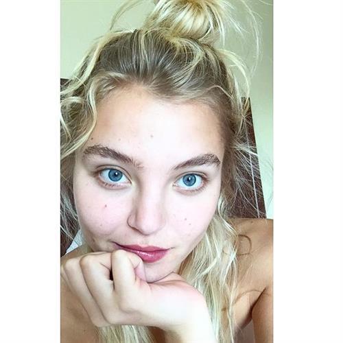 Rachel Hilbert taking a selfie