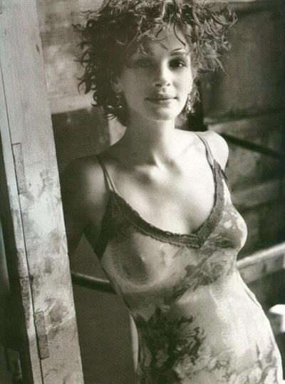 Julia Roberts - breasts