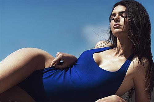 Kendall Jenner pushes up her sides to flaunt her hips and finely toned gams.