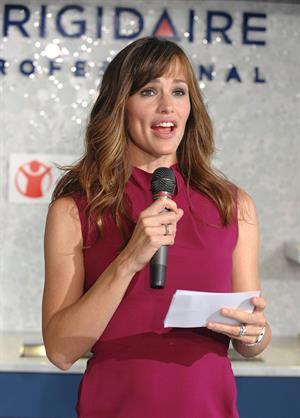 Jennifer Garner helping to raise money for the Save the Children Foundation in New York City