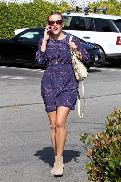 Reese Witherspoon - Out in Santa Monica (01.02.2013)