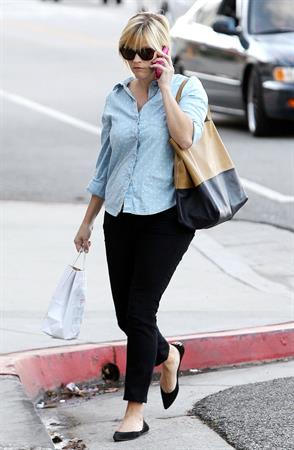 Reese Witherspoon Chats on the telephone in Los Angeles (November 20, 2012)