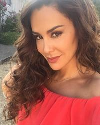 Ninel Conde taking a selfie