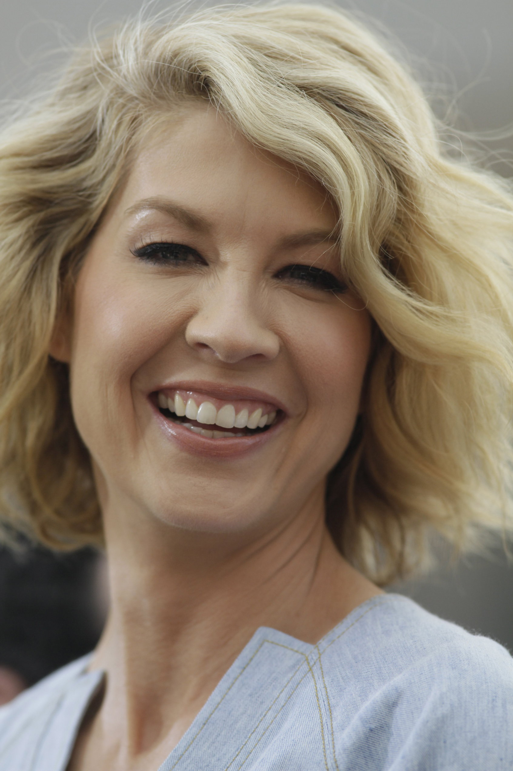 Jenna Elfman - On the set of Extra at The Grove in Los Angeles on February 14, 2013