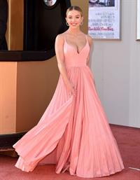 Sydney Sweeney big boobs showing nice cleavage in a sexy dress at the premiere of  Once Upon a Time in Hollywood  seen by paparazzi.