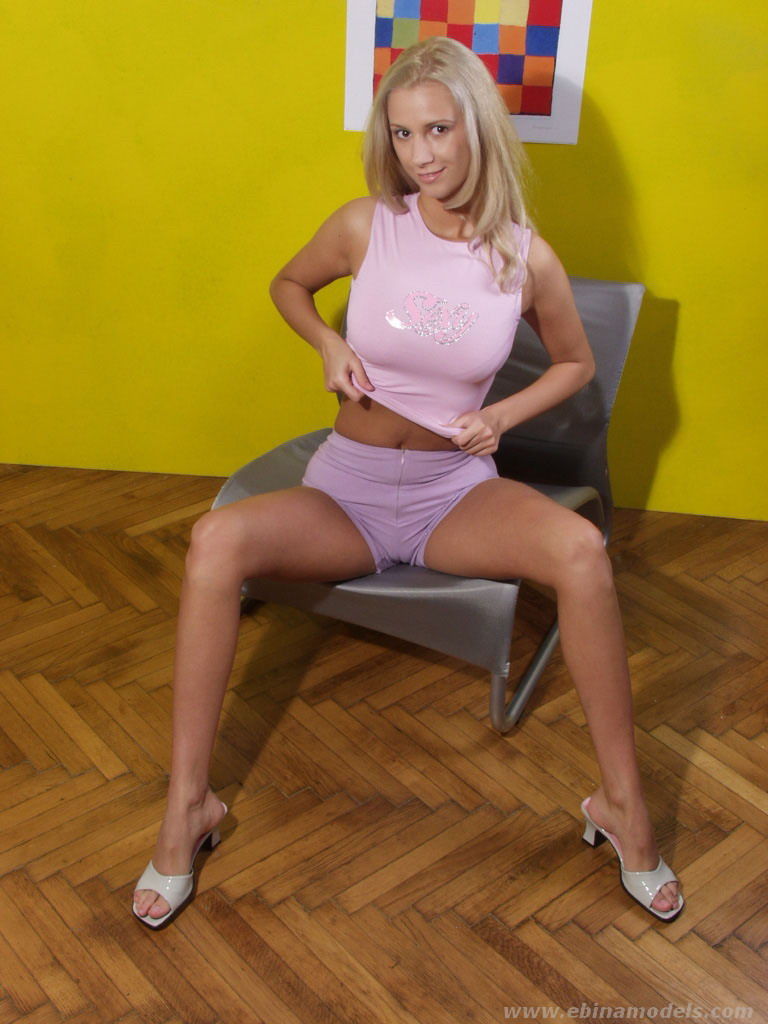 Blonde MILF Anita Blue spreading pink pussy outdoors for clit viewing № 1114548 бесплатно